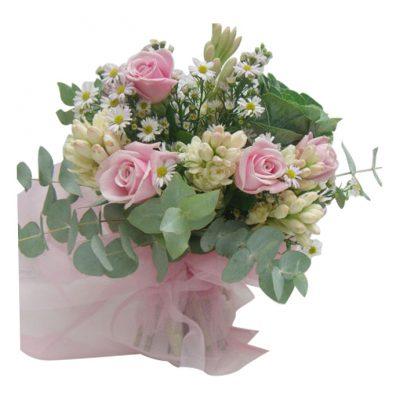 Μπουκέτο-με-τριαντάφυλλα-και-διάφορα-λουλούδια-εποχής